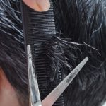 散髪する男性