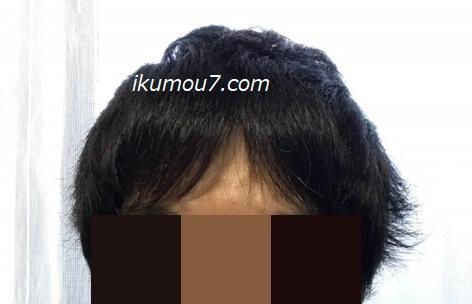 前髪を左右に分ける(ワックスはつけない)